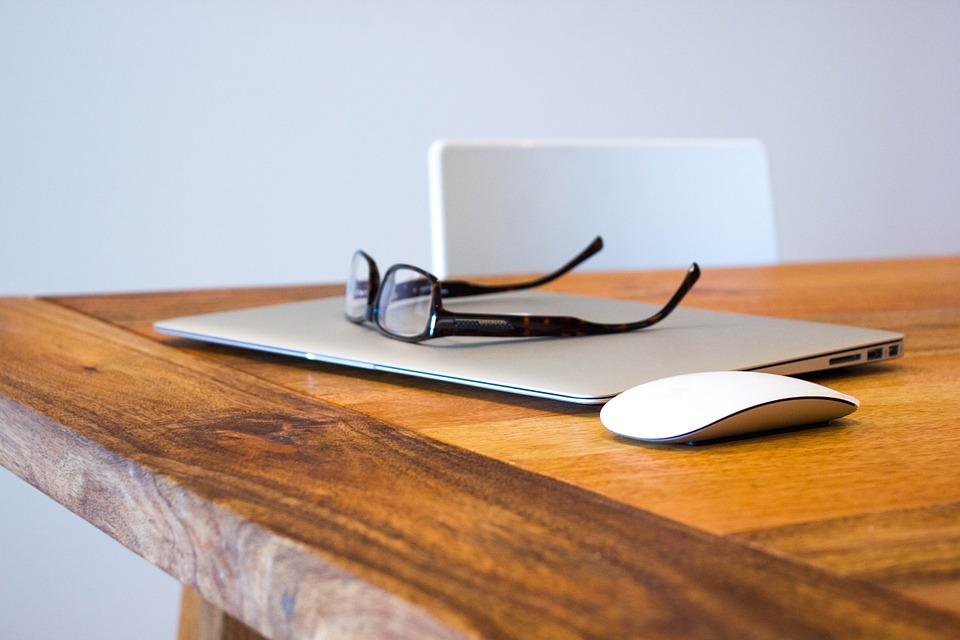 Travailler au bureau. Lunettes et ordinateur portable.